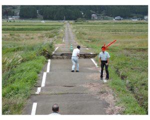 4.阿蘇西小学校付近(遠景) 路面陥没